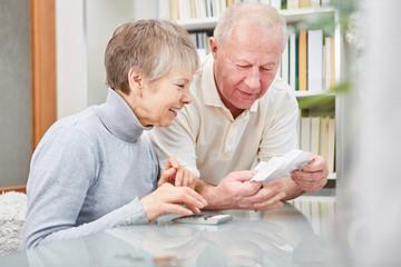 Rentner Paar freut sich über die Finanzen