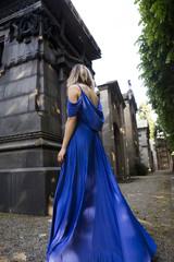Ragazza in abito blu