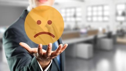 Geschäftsmann präsentiert traurigen Smiley