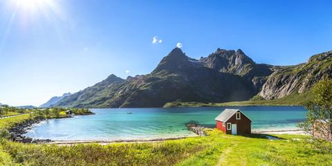 Fototapeten Skandinavien Trollfjord, Strand mit Haus, Lofoten, Skandinavien, Norwegen