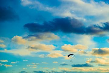 Paraglider em nuvens