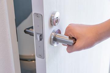 トイレの扉を開ける