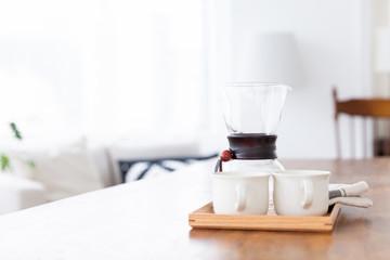コーヒーカップとコーヒーメーカー