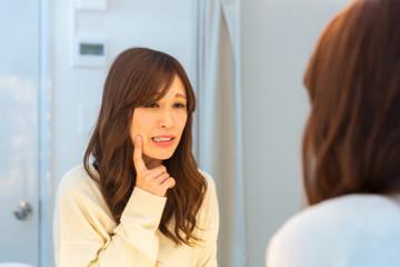 鏡を見る女性 スキンケア