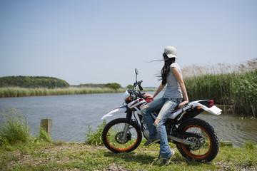 オートバイに乗る女性