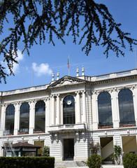 Hauptgebäude des Ippodromo del Galoppo vor strahlend blauem Himmel