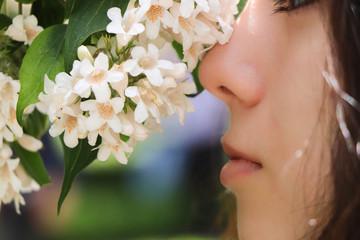 mujer y flores blancas
