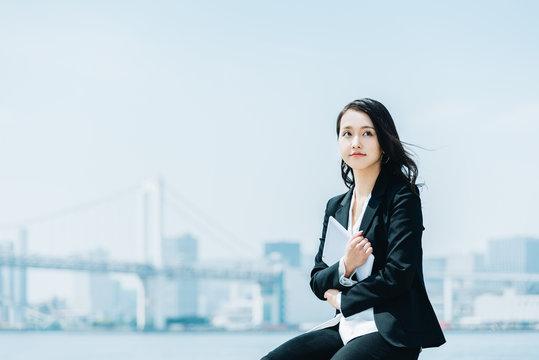 タブレットPCを持つ女性・ビジネスイメージ