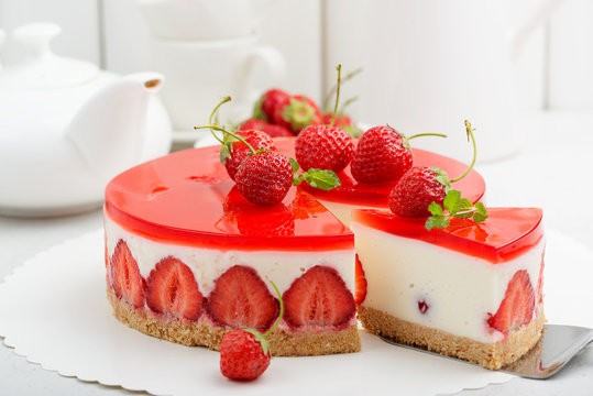 Cold cheesecake with strawberry and strawberry jelly.