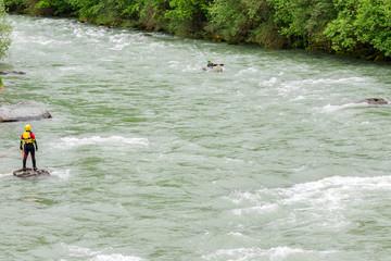 Fototapete - soccorritore speleo fluviale in gara di canoa