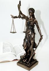 Justiz Figur auf weißem Hintergrund