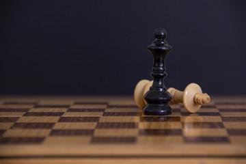 Piezas de ajedrez de madera en colores negro y crema