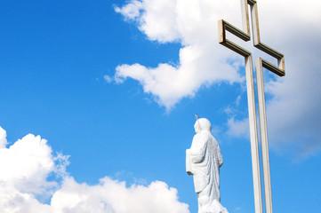 Дева Мария и крест на фоне синего неба