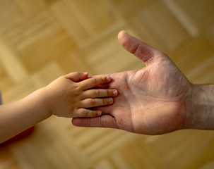 Vater hält die Hand seiner kleinen Tochter