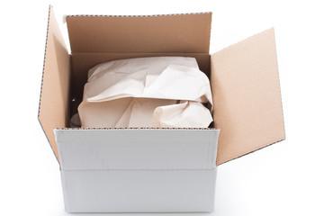 geöffnetes Paket mit Papier Füllmaterial
