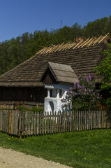 drewniana  kapliczka