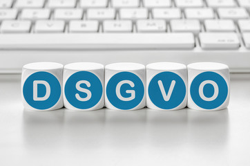 Buchstabenwürfel vor einer Tastatur - DSGVO