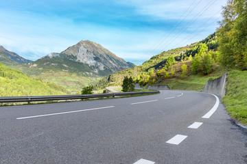 Passstraße in den Alpen