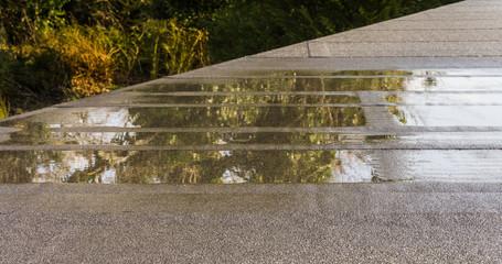 Baumangel Flachdach mit Wasserpfütze Nahaufnahme - Flat roof with puddle of water close up