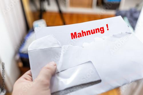 Brief Mit Briefumschlag Darin Eine Mahnung Stockfotos Und