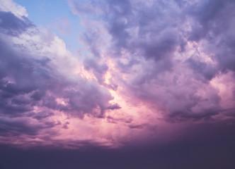 fondo natural, con cielo y nubes dramaticas en colores rosas y morados, al atardecer
