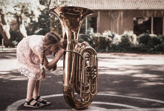 Mädchen probiert Tuba zu spielen