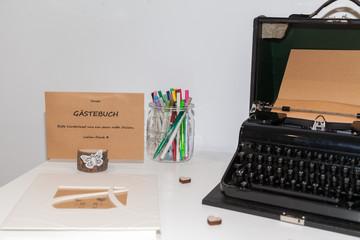 Gästebuch mit Schreibmaschine