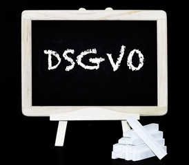 DSGVO Kreidebuchstaben auf einer Tafel