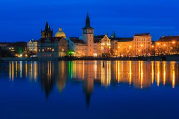 Prag an der Moldau mit Karlsbrücke und Dom in Tschechin zur Blauen Stunde