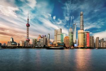 Sonnenuntergang mit Wolkenformationen über der Skyline von Shanghai, China
