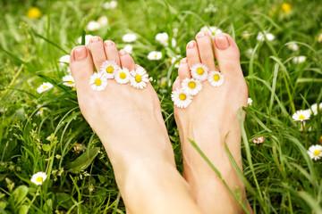 entspannte Füße mit Gänseblümchen