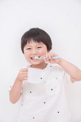 歯磨きする男の子