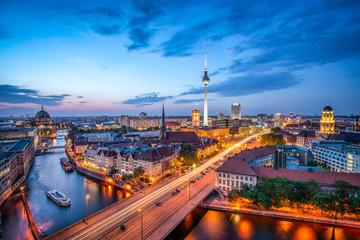 Berlin Mitte Skyline bei Nacht mit Fernsehturm und Blick über die Spree
