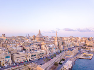 Poster de jardin Paris Beautiful aerial sunset view of the Valletta city in Malta. Beautiful city from above with amazing old architecture.
