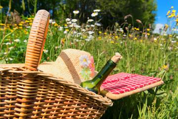 Autocollant pour porte Pique-nique Picnic basket in summer flower field