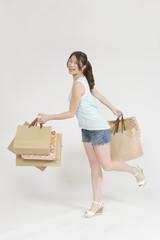 買い物を楽しむ若い女性