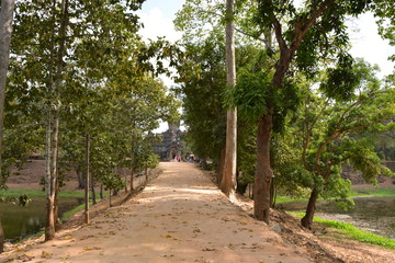 カンボジアのロリュオス遺跡群~バゴン