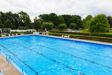 Zwei einsame Schwimmer im Becken eines Freibades