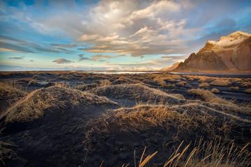 vesturhorn mountain spettacolare monte islandese affacciato su dune  di sabbia nera Islanda Europa