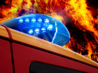 112- Feuerwehreinsatzfahrzeug vor Flammenhintergrund