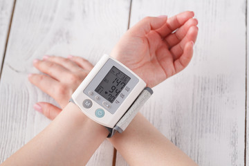Medical device for measuring blood pressure and heart rate used at hand wrist