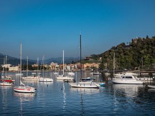 Fotobehang Poort Boats in Baia delle Favole in front of Sestri Levante