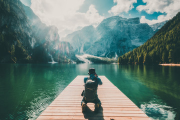 Traveler taking photo of Lake Braies in Italy. Fototapete
