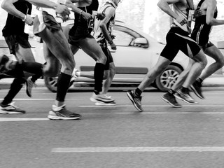 Fototapete - runners men run city marathon black-and-white image