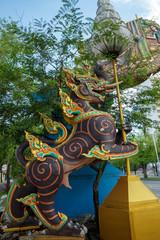 新緑 とタイのライオン シントー 寺