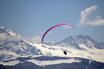 Paragliding in den Alpen, Schweiz