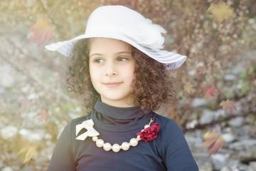 La damigella con il cappello bianco