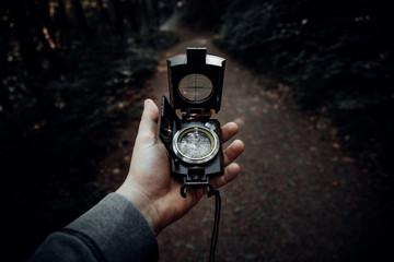 Mit dem Kompass in der Hand Orientierung