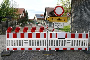 Eine Baustelle in einer Stadt mit einer Umleitung