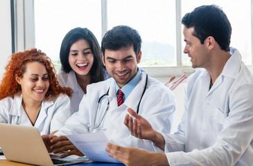 Ärzte Team bei der Arbeit im Krankenhaus
